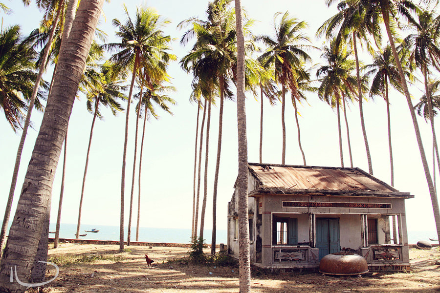 Mui Ne Vietnam Wedding Photographer: Abandoned house on the beach