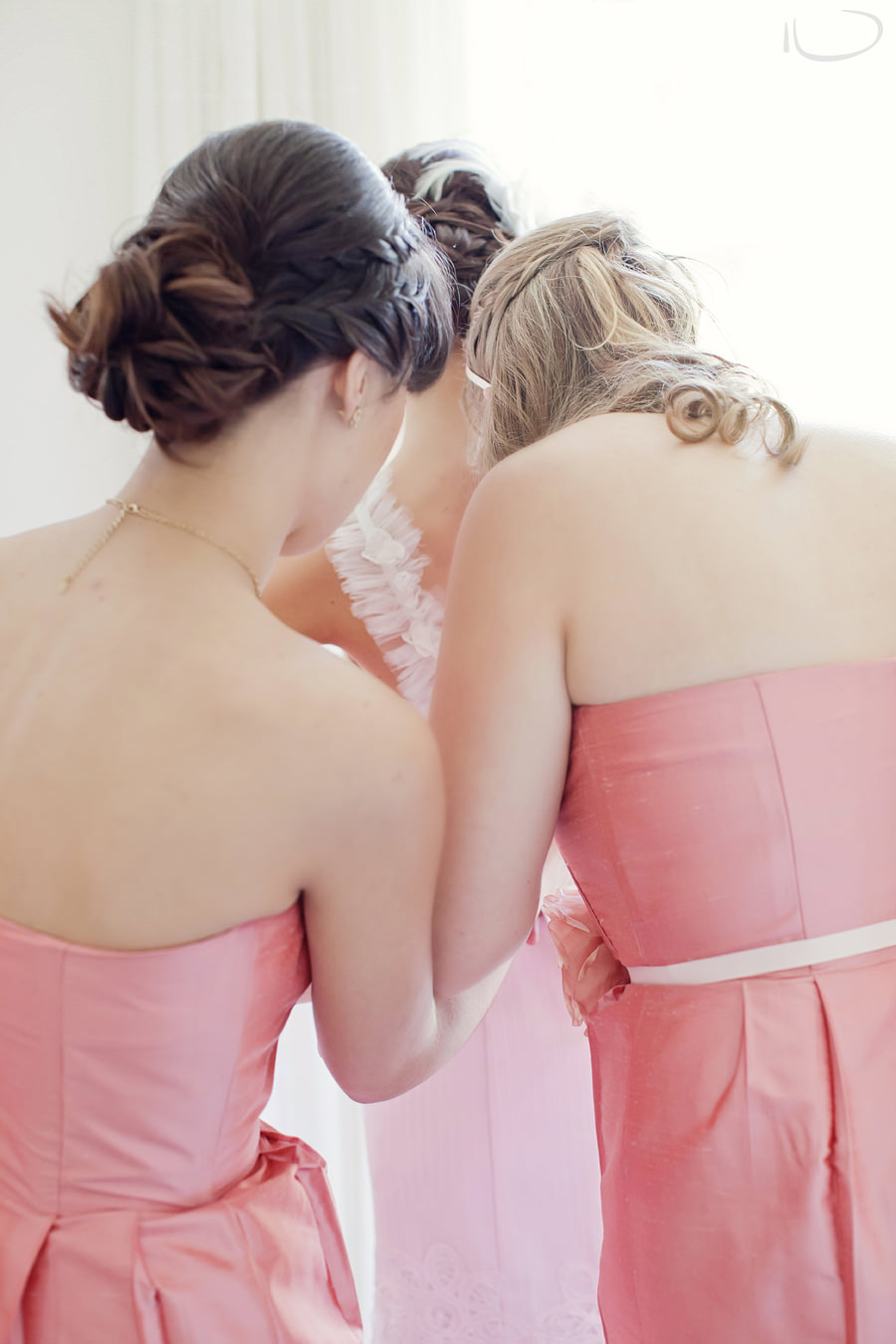 Pokolbin Hunter Valley Wedding Photographer: Bridesmaids dressing bride