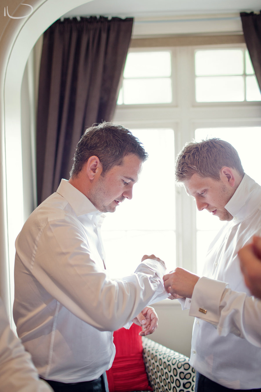 Sydney Wedding Photographer: Groom & groomsman putting on cufflinks